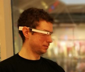 Tobias beim Testen der Google Glass im Alltag